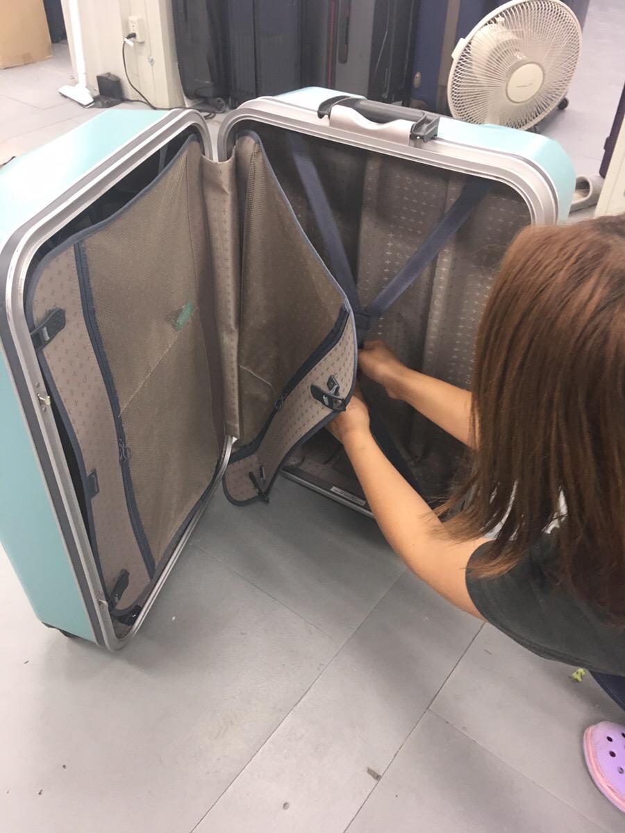 スーツケースを閉じる際にフレームに衣類やベルトなど何か挟まったりしていないか確認
