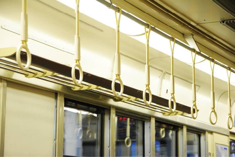 電車の座席上の網棚