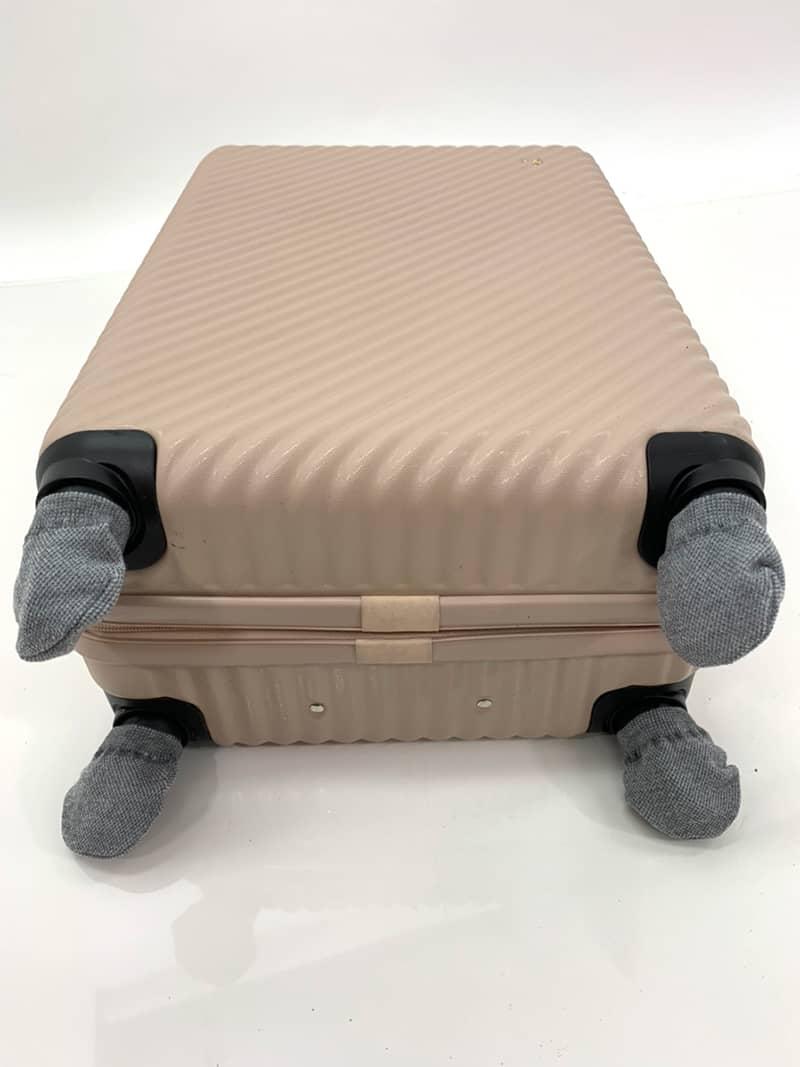 スーツケースにキャスターカバーを装着