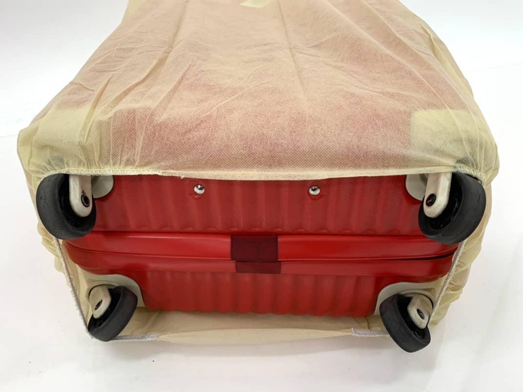 スーツケースにスーツケースカバーを装着(底部)