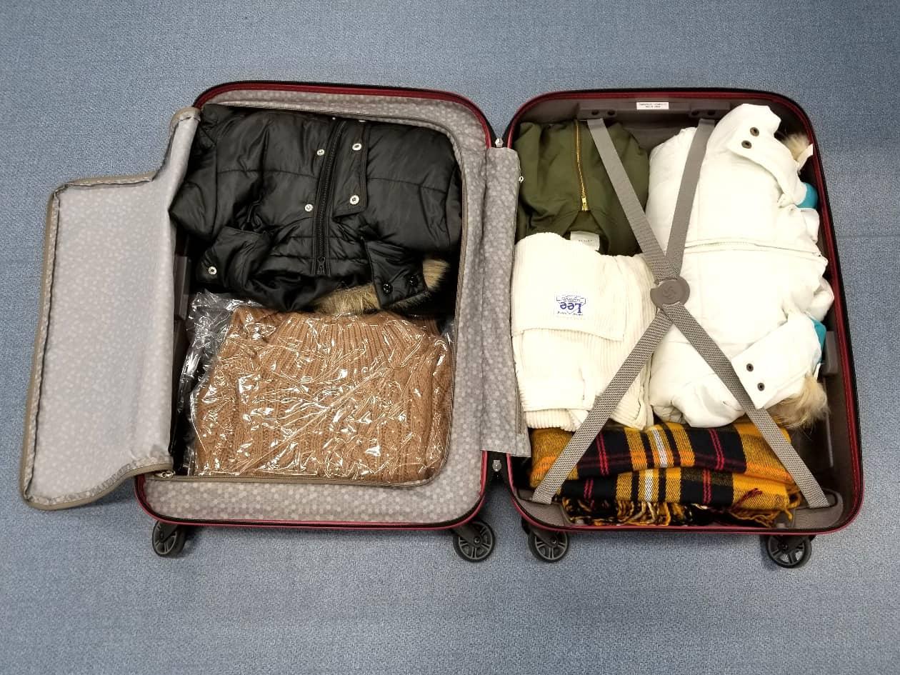 スーツケースに服を収納した様子