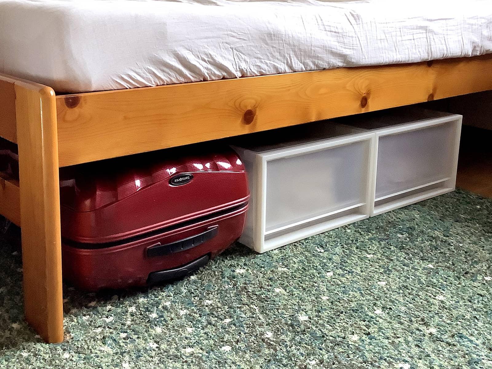 ベッド下に収納したスーツケース
