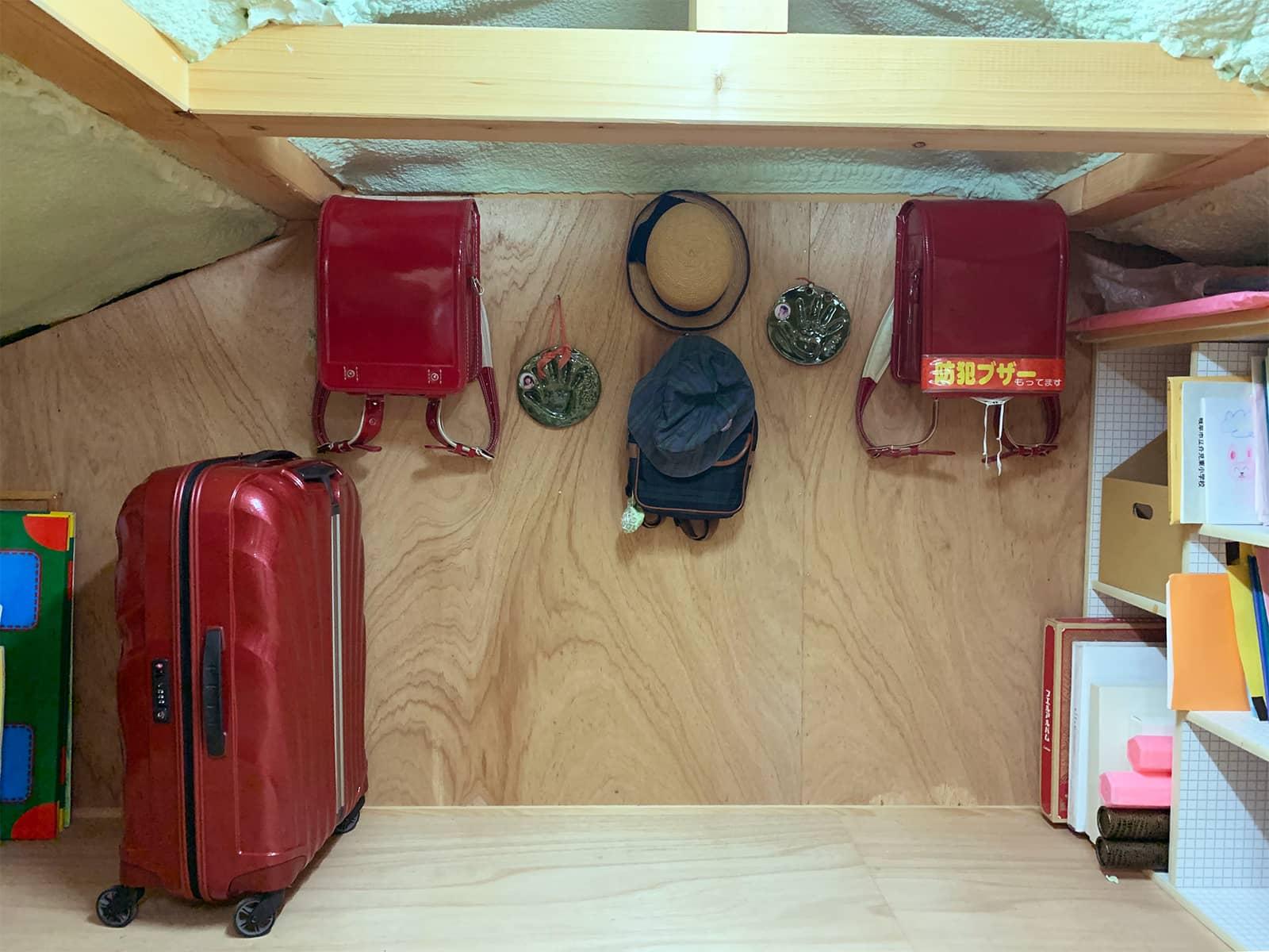屋根裏に収納したスーツケース