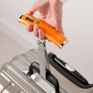 スーツケースの持ち手に取り付けられたラゲッジチェッカー