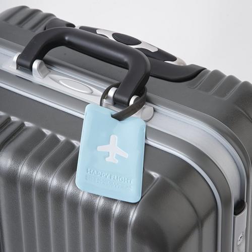スーツケースに取り付けられたネームタグ