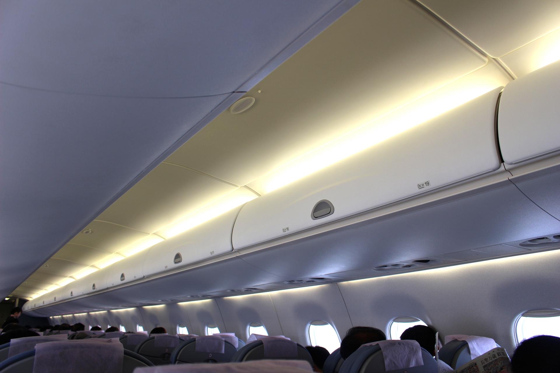 飛行機内の座席うえの収納棚