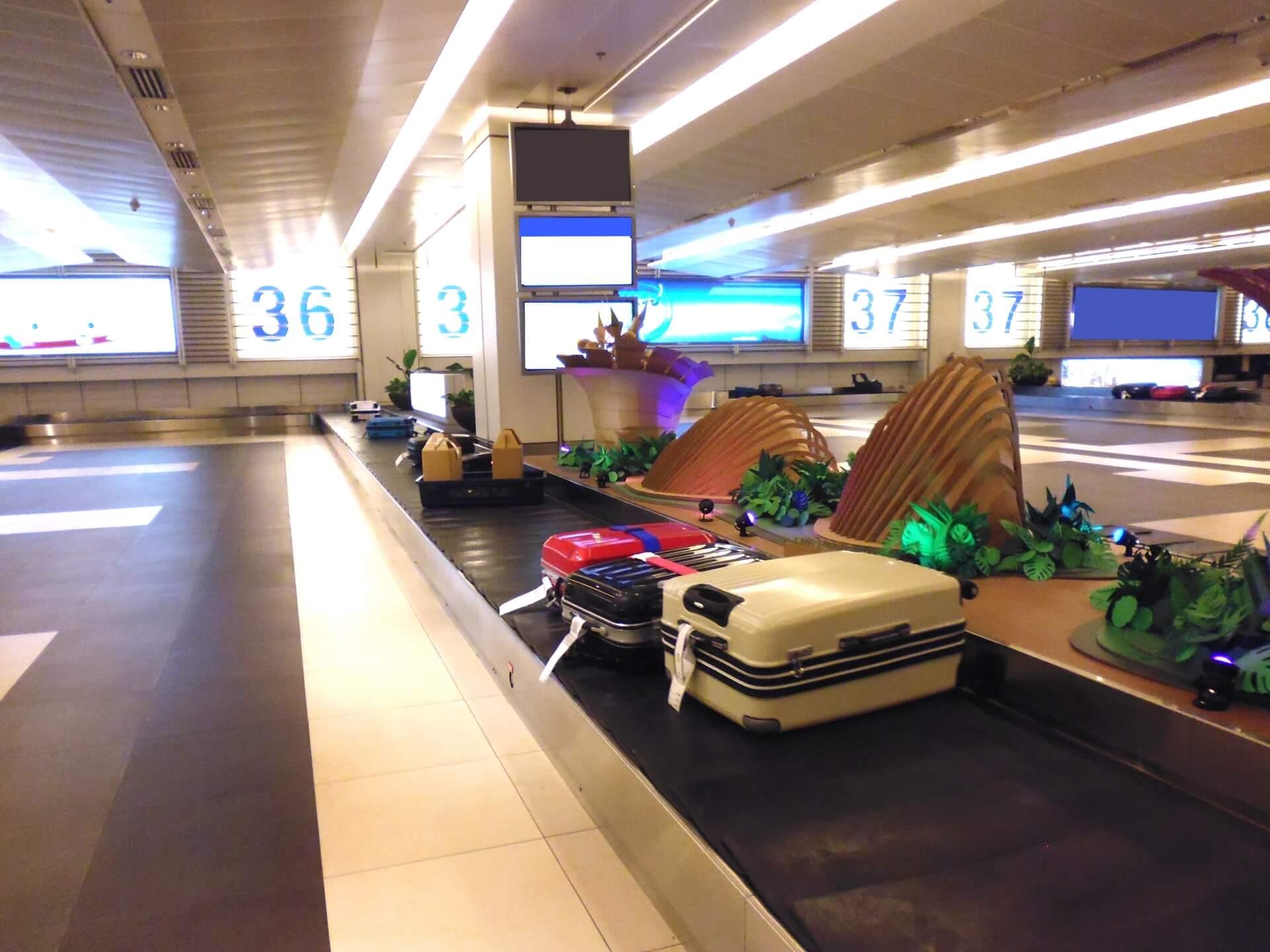 スーツケースが並ぶ手荷物受取ターンテーブル