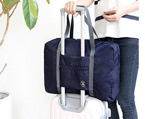 スーツケースの上に載せた折りたたみバッグ