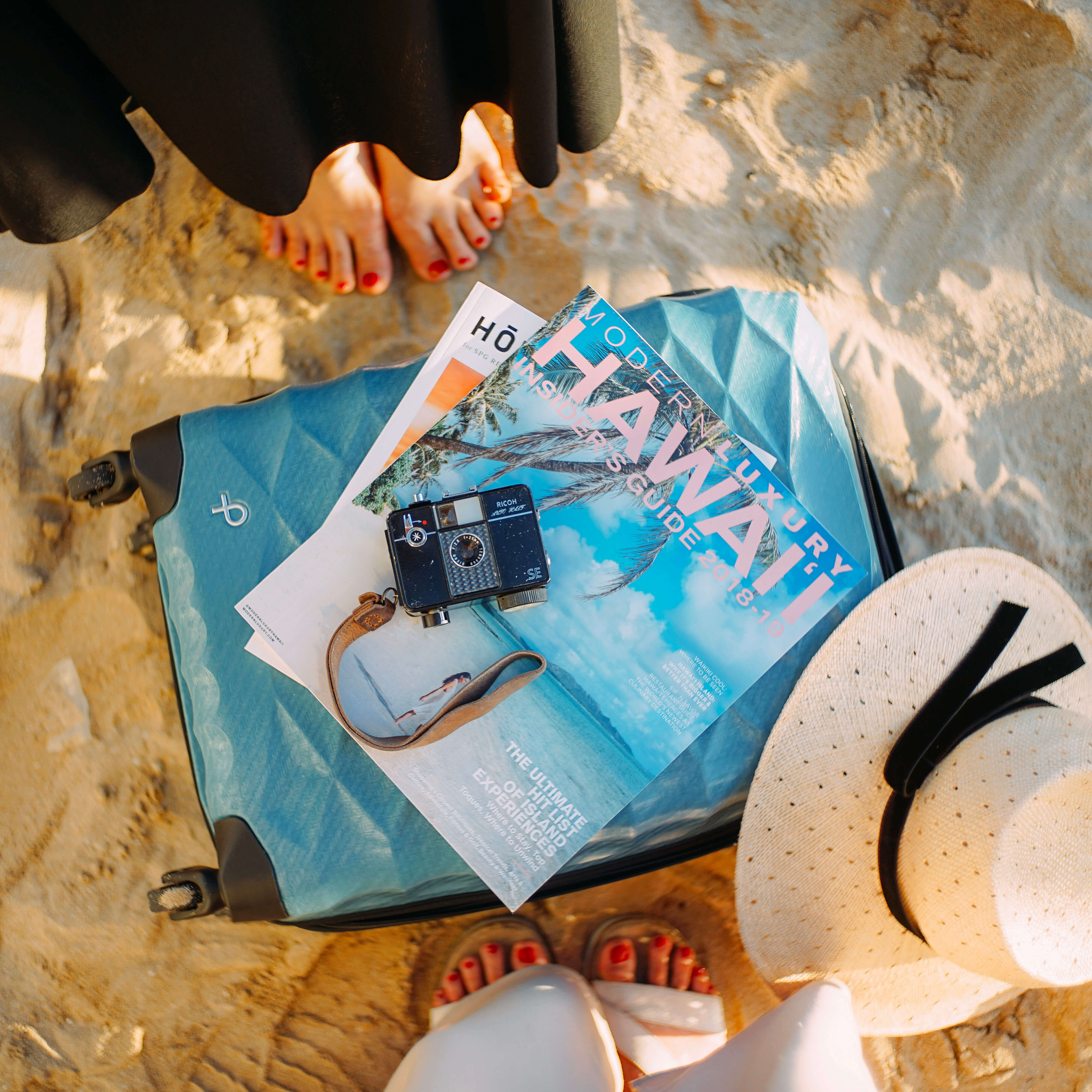 ハワイのガイドブックとスーツケース