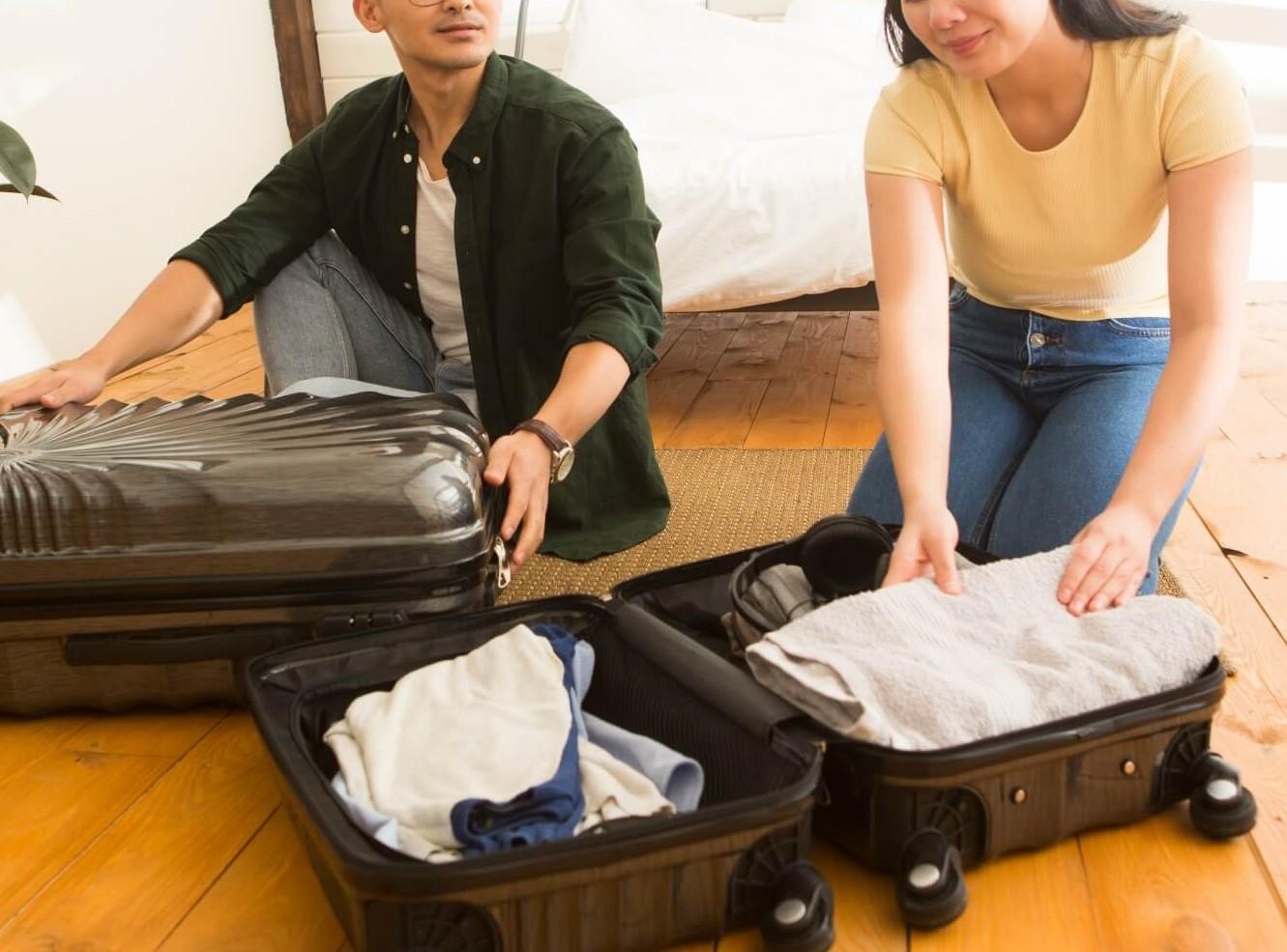 2人でのスーツケースパッキング風景