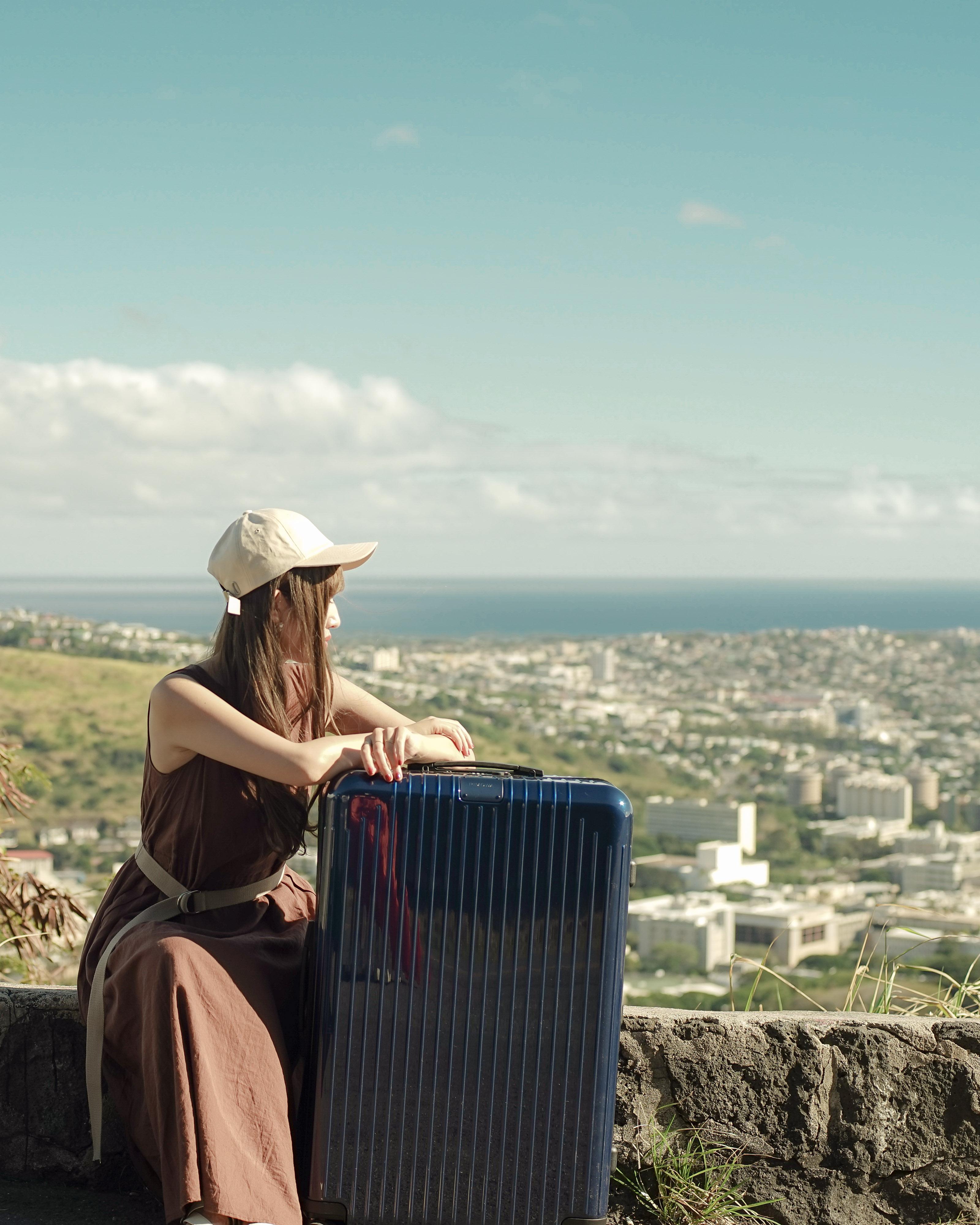ネイビーのスーツケースと女性