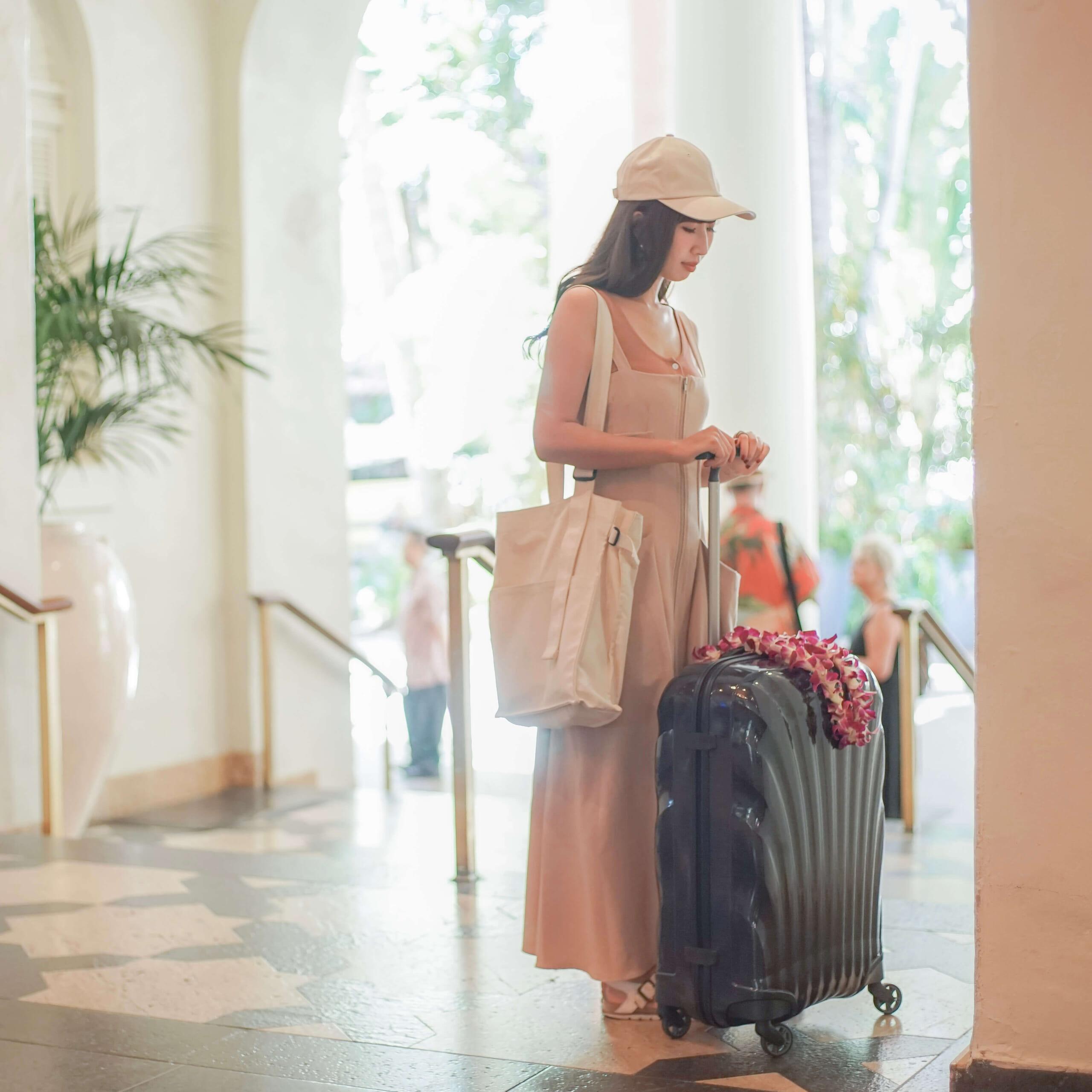 1週間の海外旅行におすすめのサムソナイトのスーツケースを持っている女性