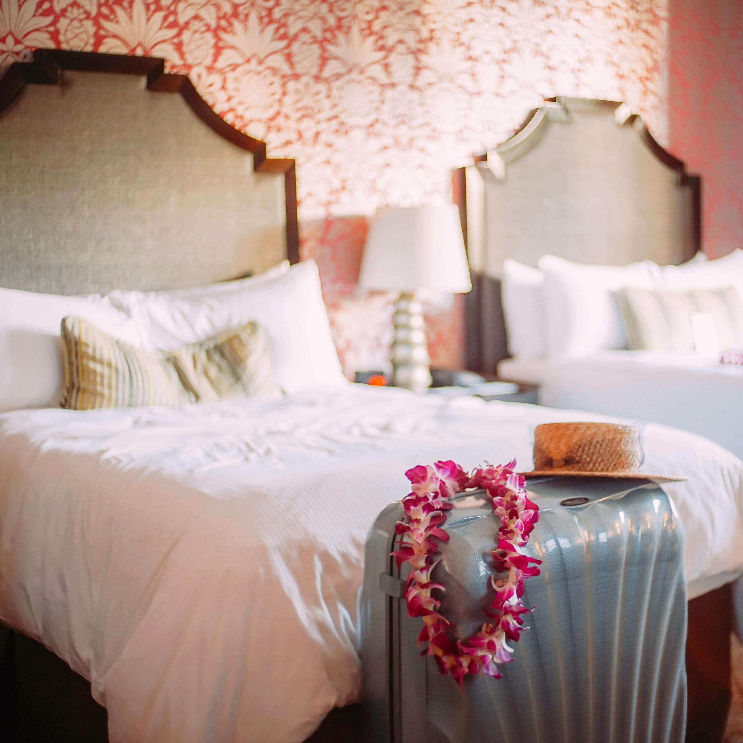 ベッドわきに置いてある、1週間の海外旅行におすすめのサムソナイトのスーツケース