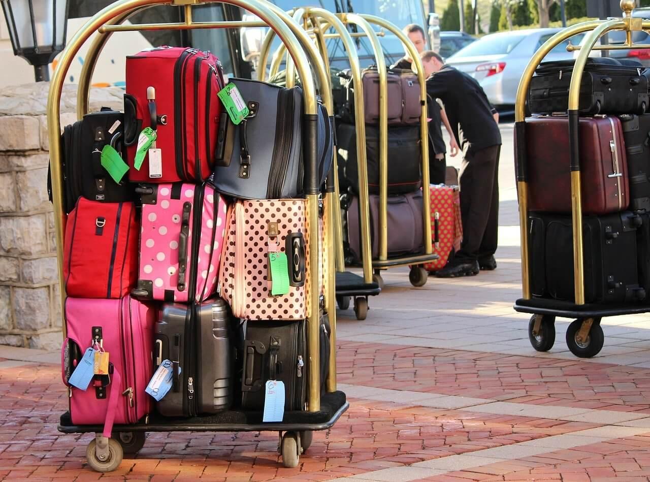 積み上げられたスーツケース