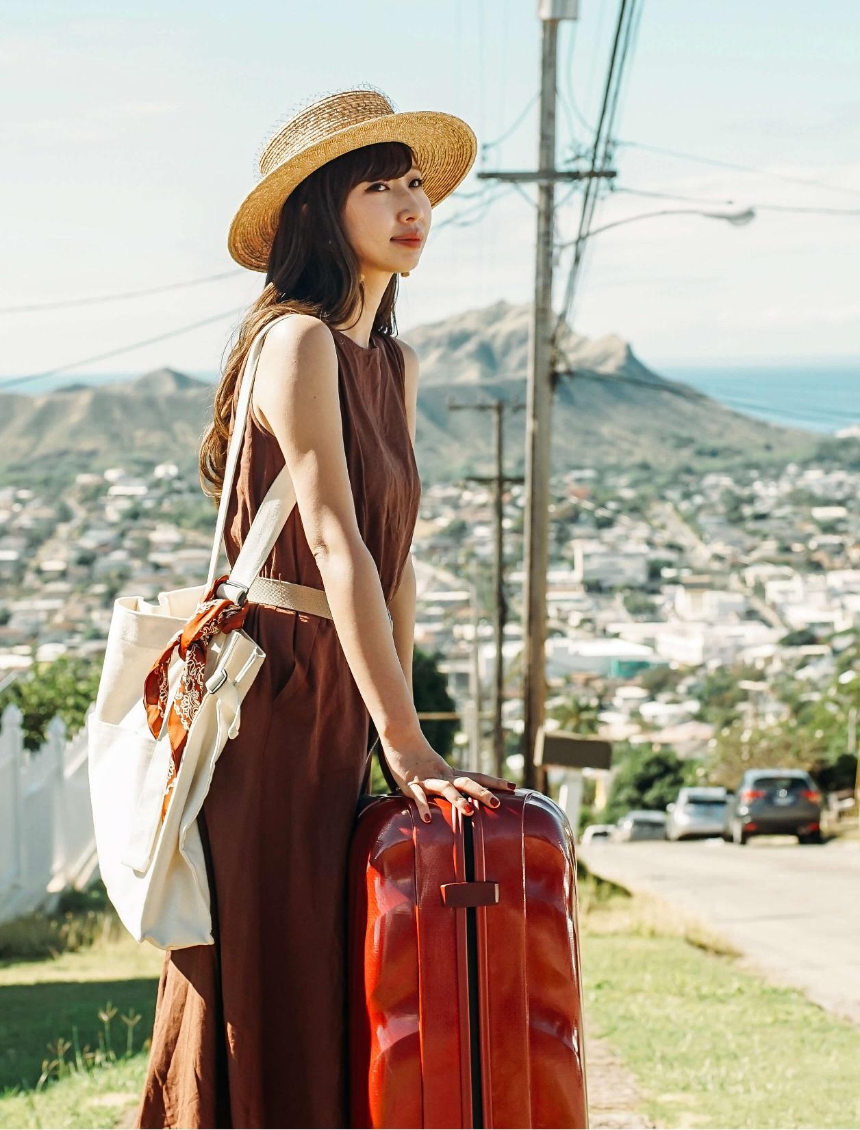 海外旅行でレンタルスーツケースを利用する女性