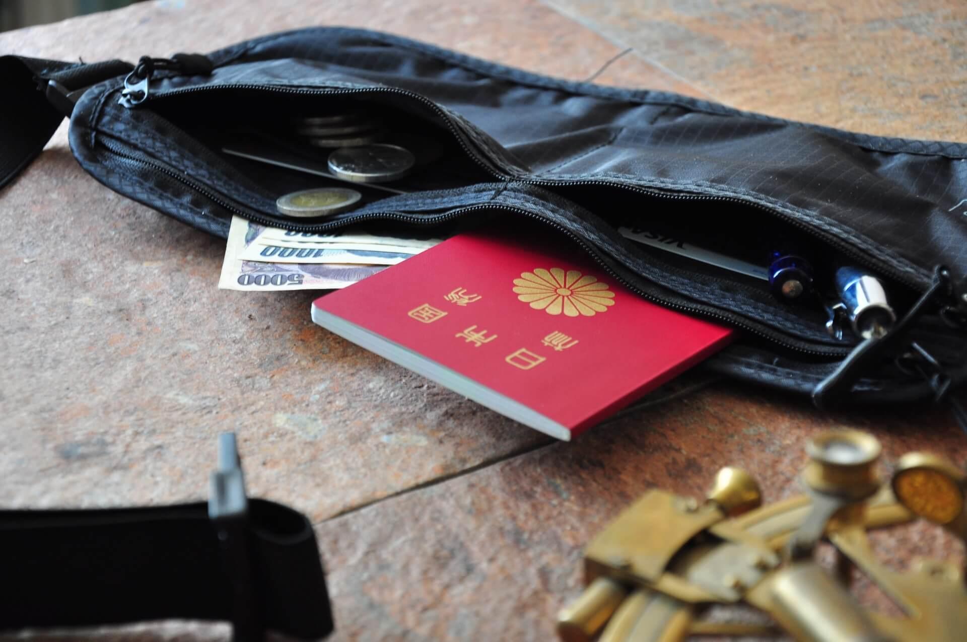 貴重品(パスポートやお金)