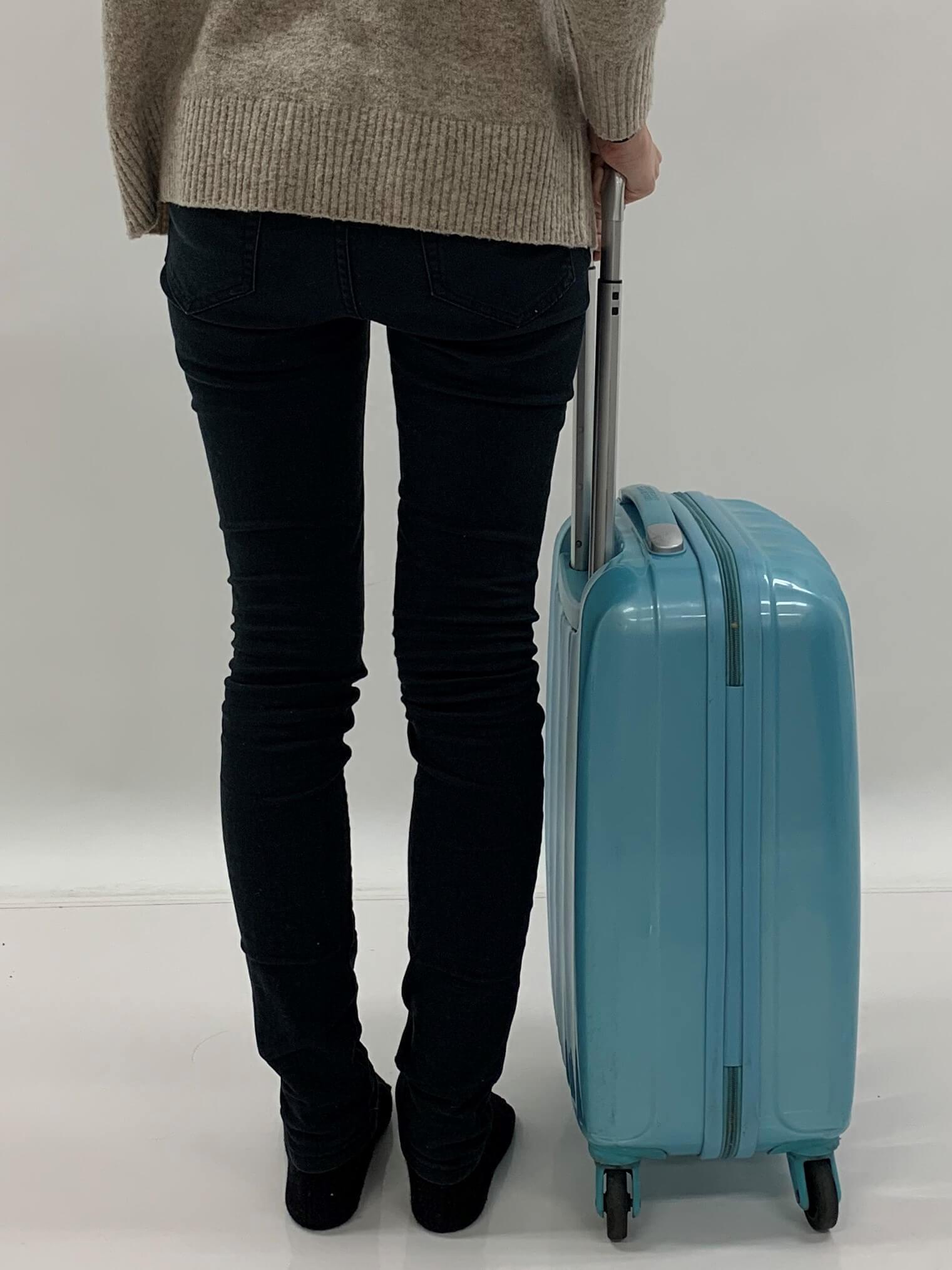 正しいスーツケースの持ち方
