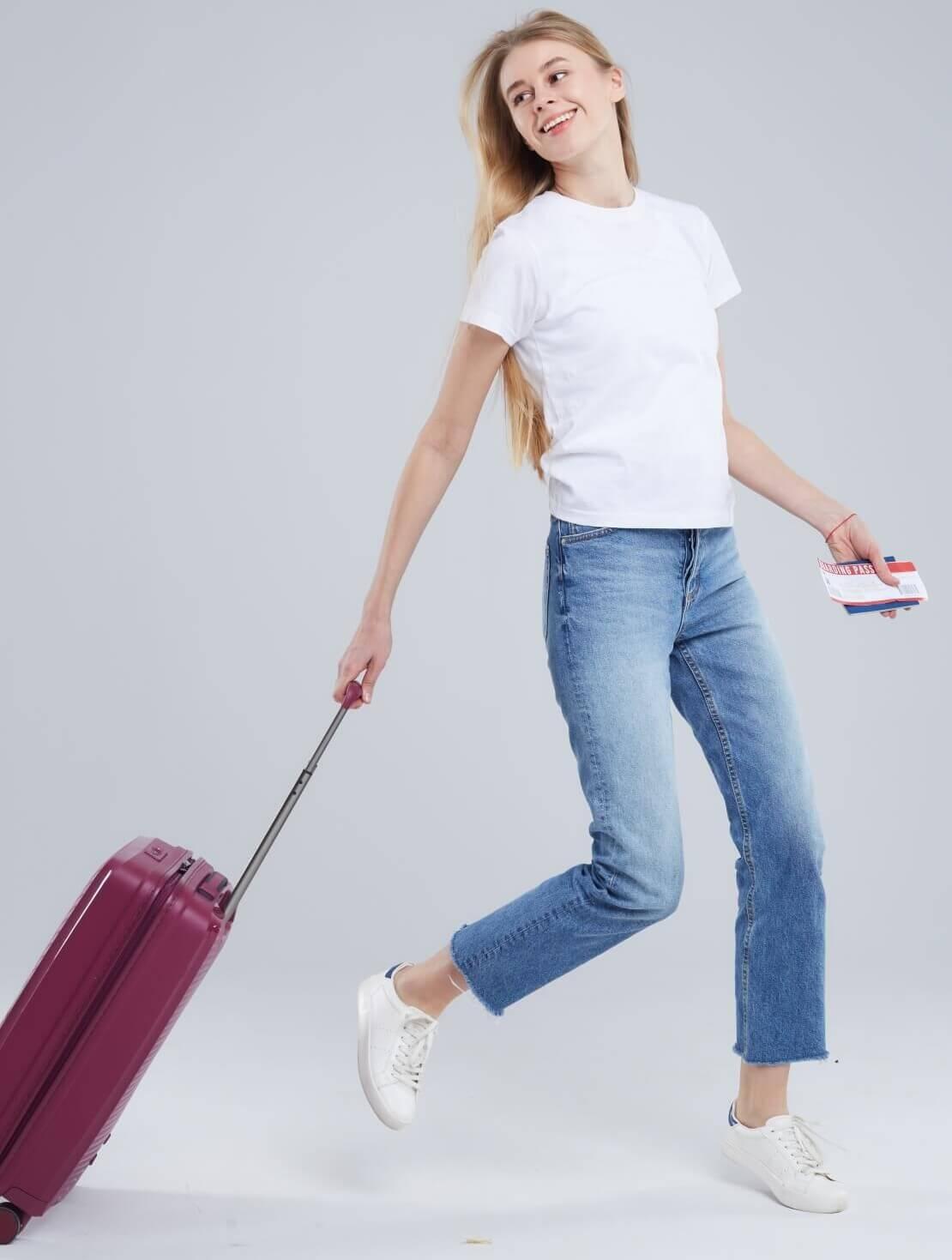 足早にスーツケースを引く女性