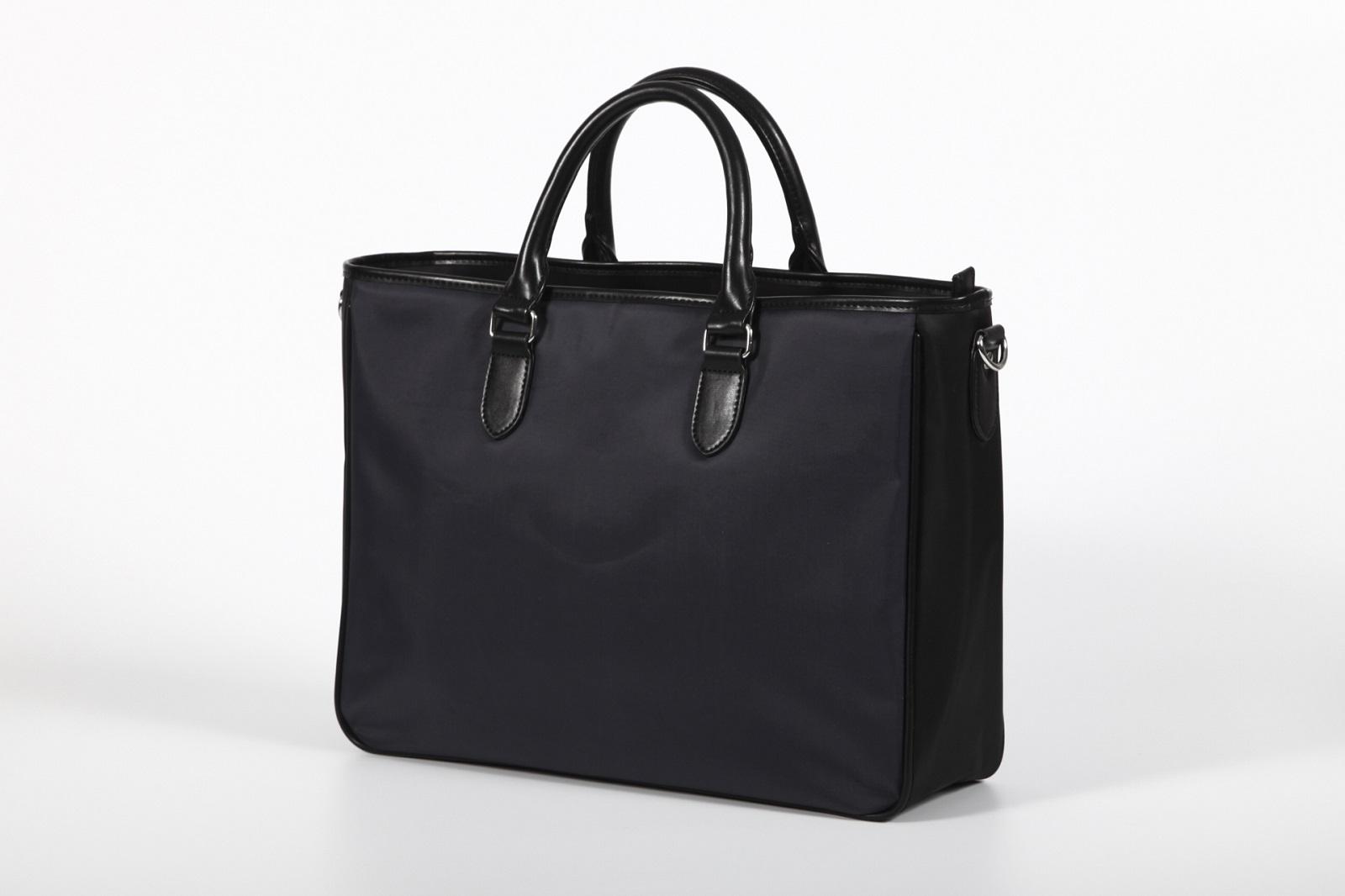 日帰り出張に必要な持ち物。黒いビジネスバッグ