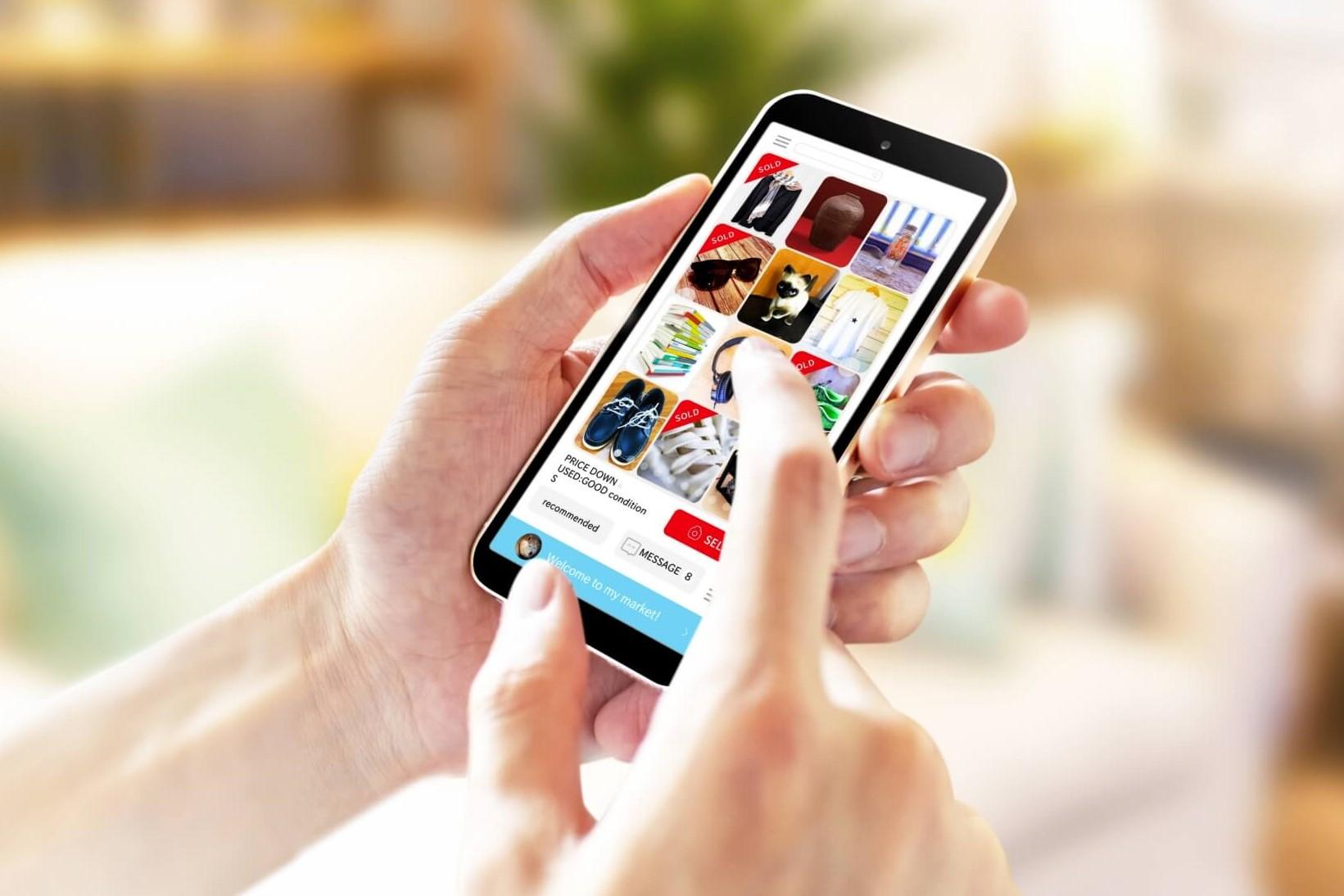 不要になったスーツケースをフリマアプリで売却する。 スマートフォンでフリマアプリのサイトを閲覧
