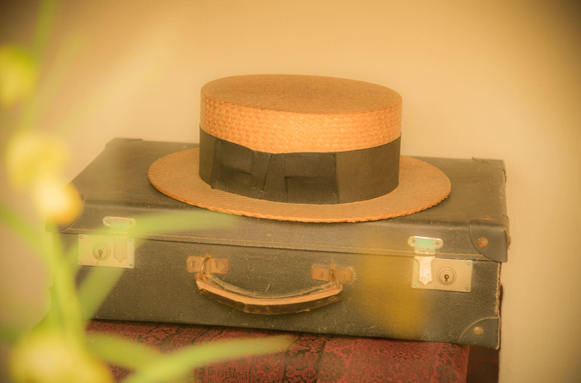 古びたスーツケースとカンカン帽子