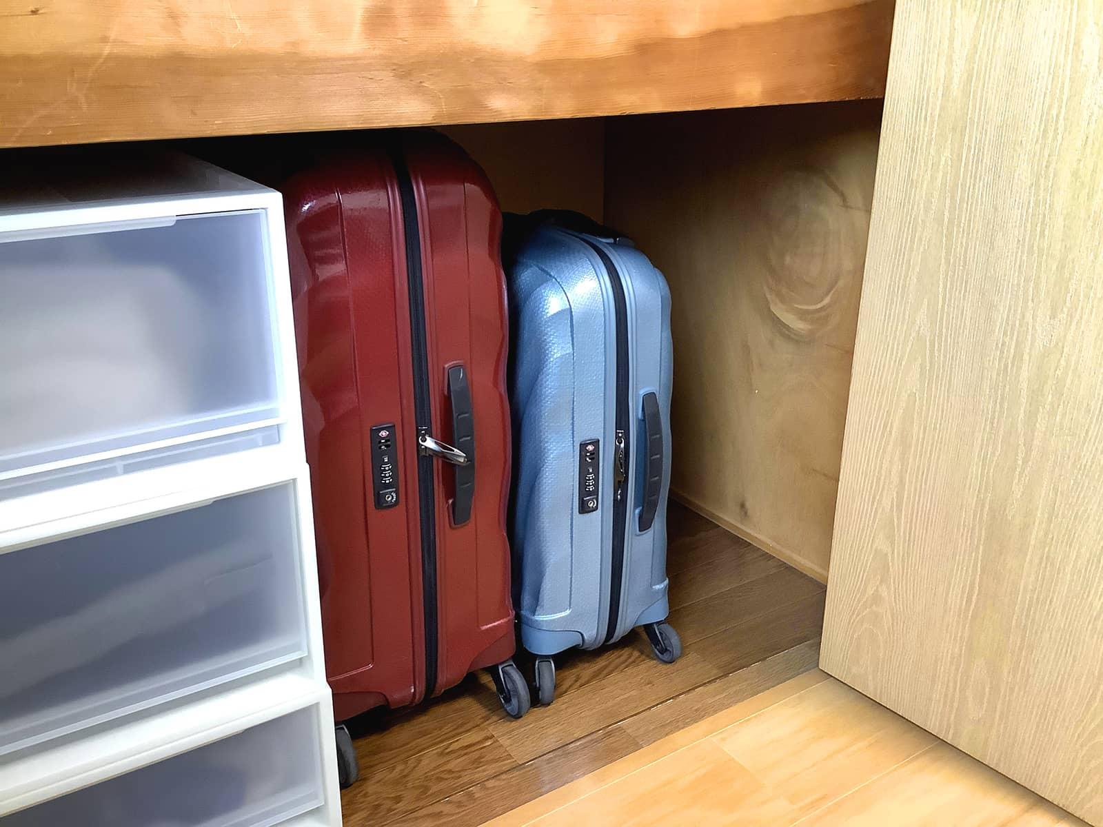 スーツケースの保管場所がない。 押し入れに収納された2台のスーツケース。