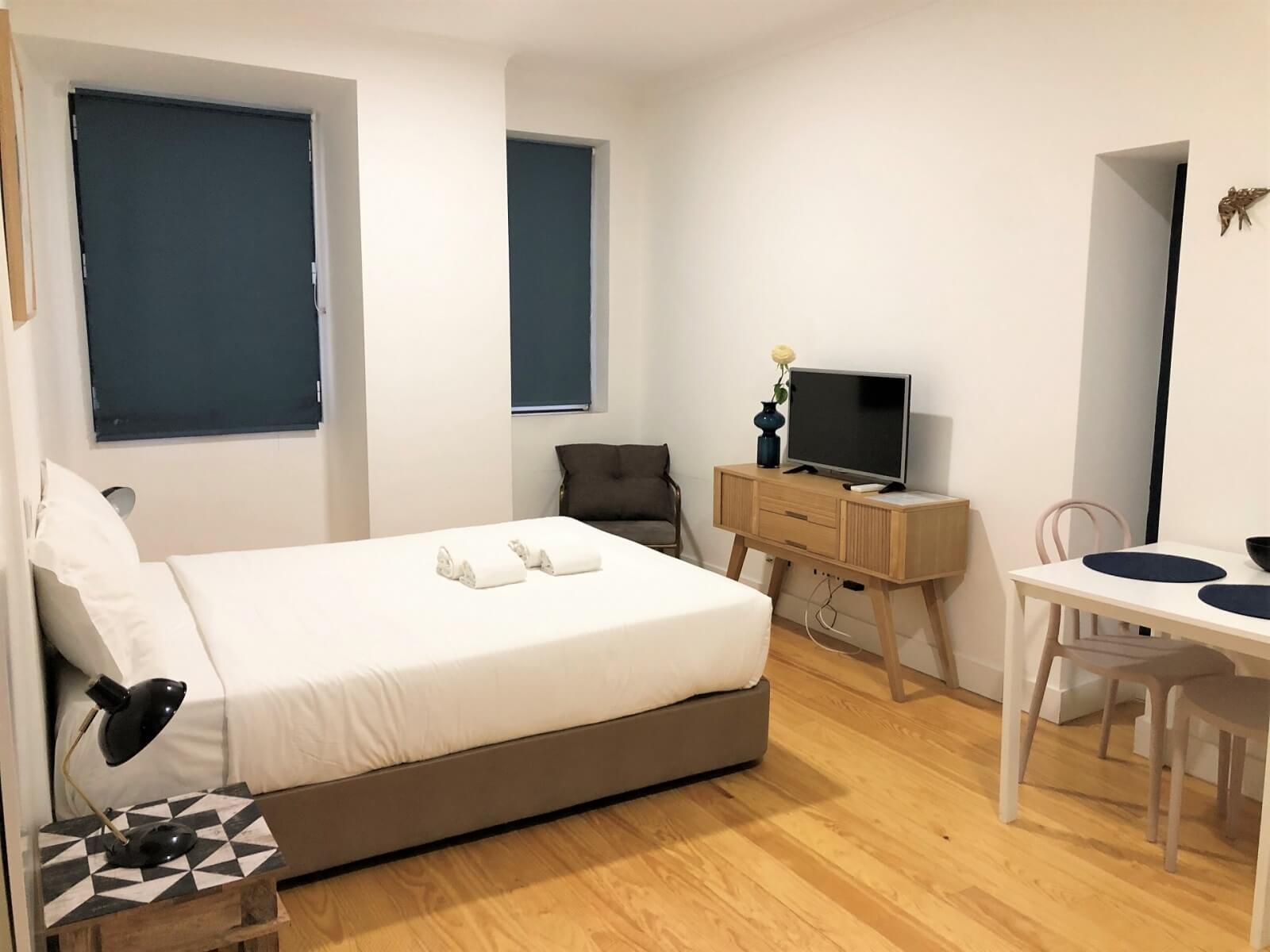 ウィークリー(マンスリー)マンションにある備品について。家具一式設置された状態のマンションの部屋の描写