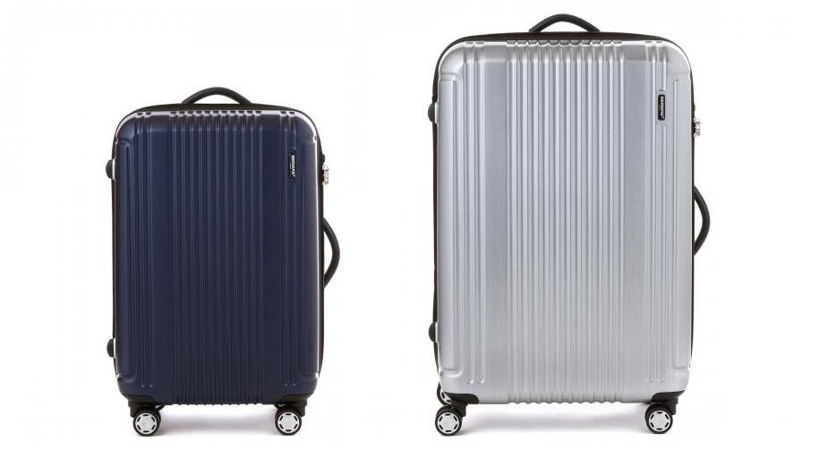 中期間出張に必要な持ち物。小さめのネイビーのスーツケースと大きめのシルバーのスーツケースが横に並ぶ