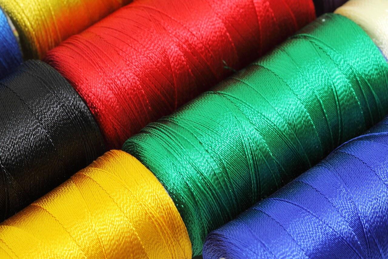 赤、緑、青、黄色のバリスティックナイロンの糸
