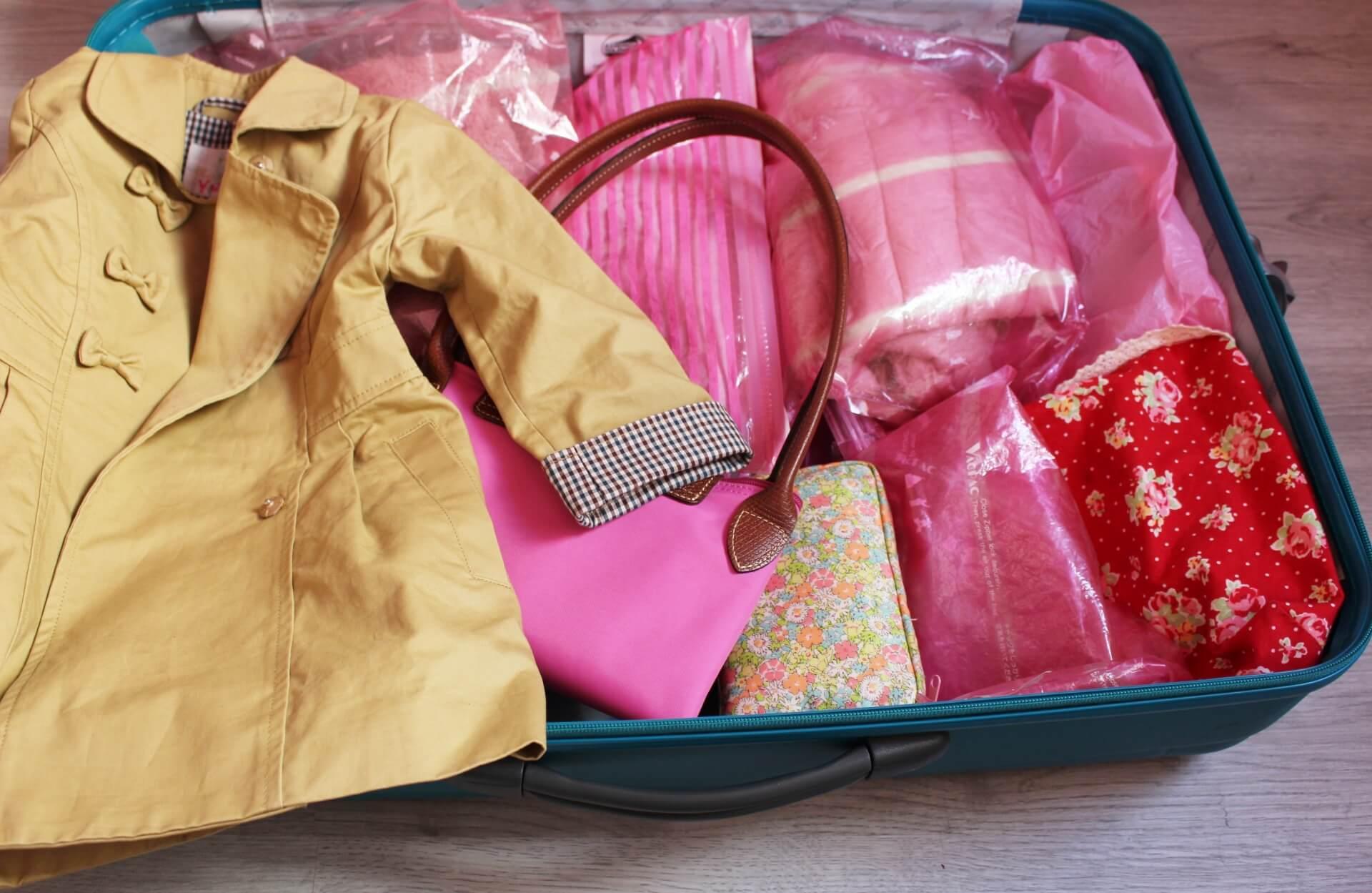 スーツケースの中身を万が一浸水してしまった時に備えて、ビニールパックや防水仕様ポーチに小分け