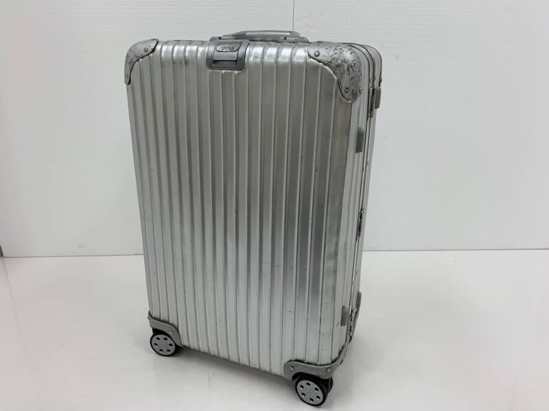 凹みが味となっているアルミボディのスーツケース