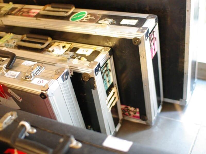 たくさんのステッカーが貼られたアルミボディのスーツケース