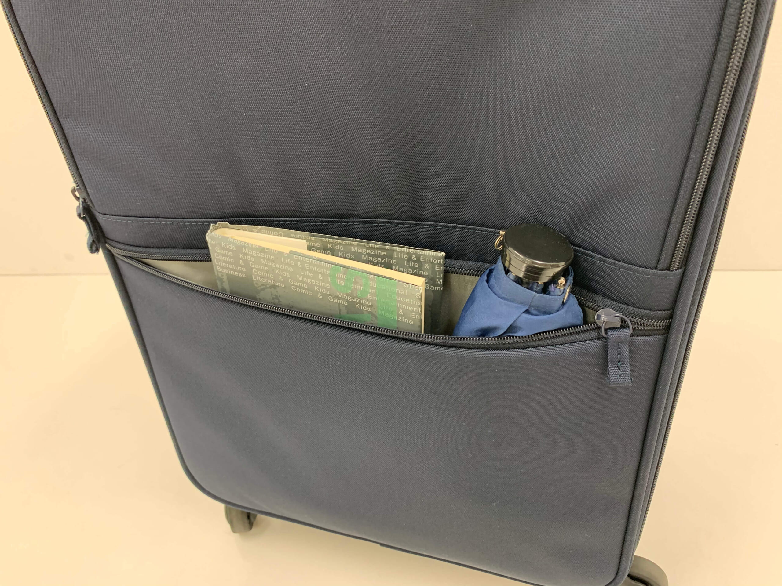 PCや書類、小物の収納に便利なフロントポケット(外側下ポケット)