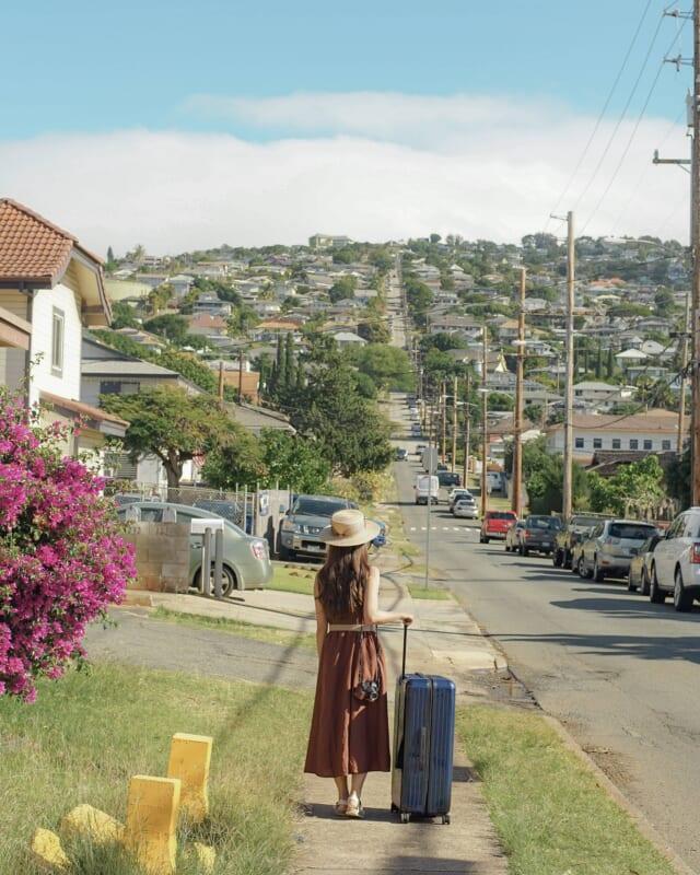 スーツケースを押す女性