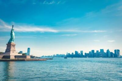 船から眺めた自由の女神増と奥に広がるニューヨークの建物