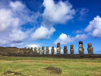 チリのイースター島にあるモアイ像が並ぶ様子