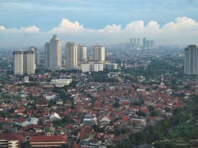 高台からのアングルのインドネシアの街