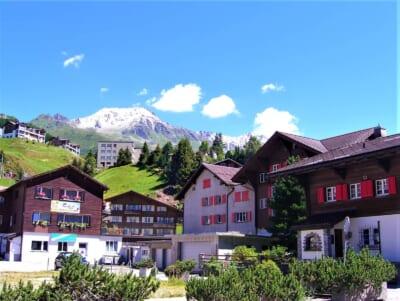 スイスの家と山々