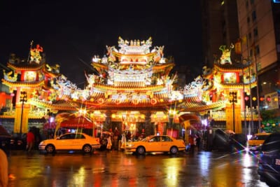 夜の台湾の様子。 街中にある伝統的な建物がライトアップされている