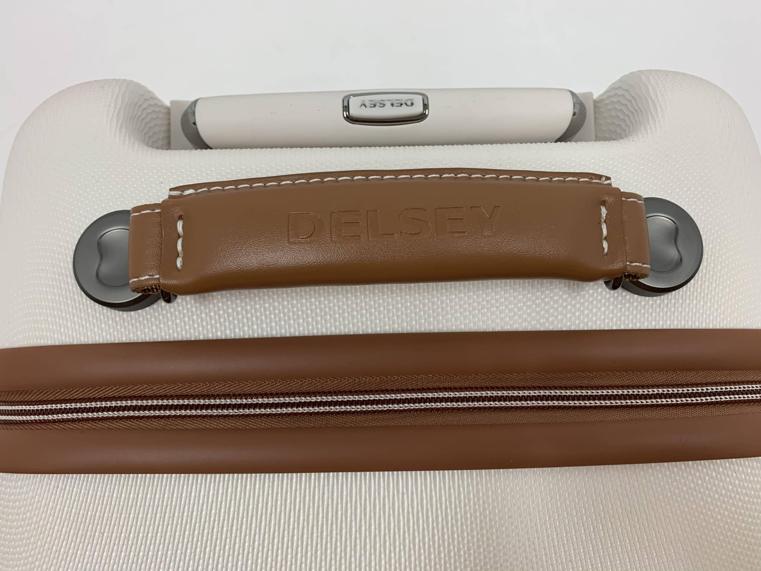 レザー調の濃いブラウンのスーツケースハンドル