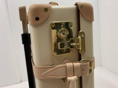 グローブトロッターのゴールドの鍵とレザーのコーナーパッド