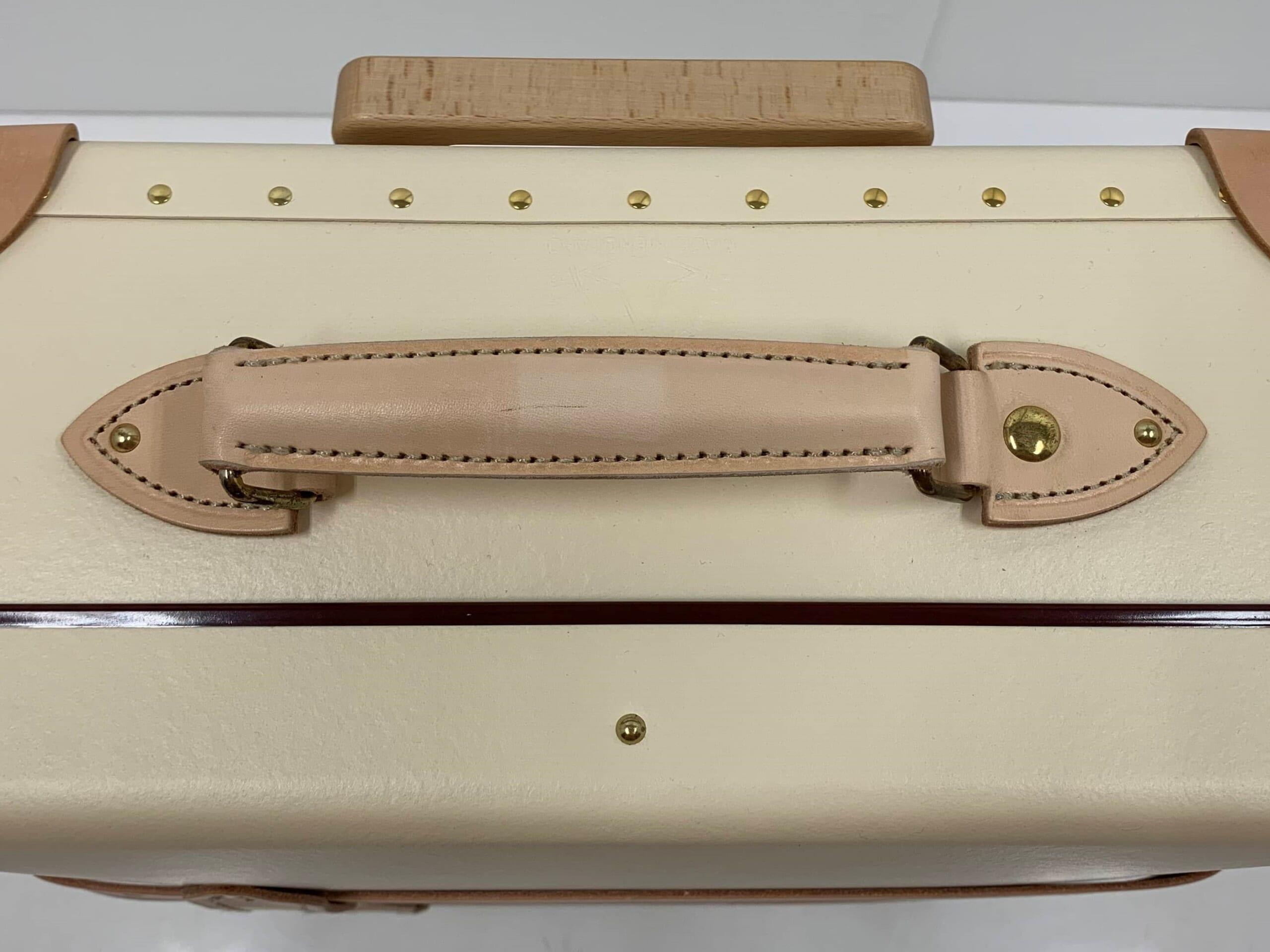 レザー調の淡いブラウンのスーツケースのハンドル