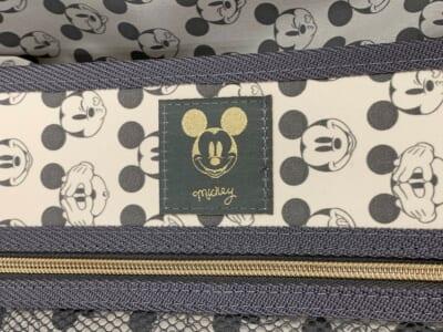 ミッキーマウスフェイスのロゴの内装。ミッキーマウスのロゴのワッペン