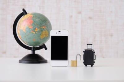 地球儀、携帯、南京錠、スーツケースを段々サイズが小さくなっていく。